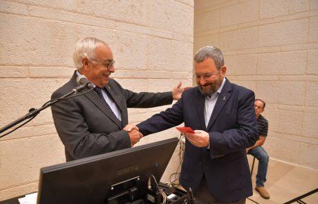 """ראש הממשלה לשעבר אהוד ברק קיבל כרטיס """"בוגר האוניברסיטה העברית"""""""