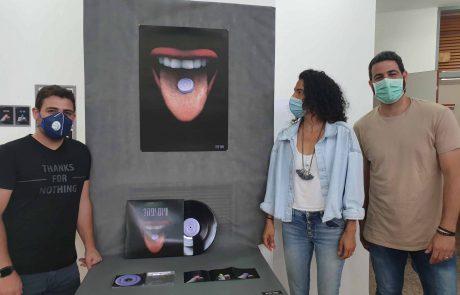"""סטודנטים לתקשורת חזותית מבית הספר """"גורן"""" שבאקדמית עמק יזרעאל הציגו בפני להקת """"התקווה 6""""עבודות עיצוב לשיריהם"""