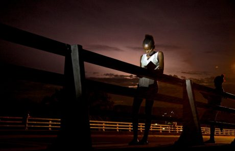 סיפור על אור וחושך:שיח ויזואלי עם הצלם בּוֹדוּאה מוּאנדה