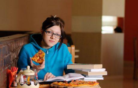 פיצריה בהרצליה מעודדת הצלחה: סטודנט, קיבלת 100 במבחן? מגיע לך מגש פיצה בחינם