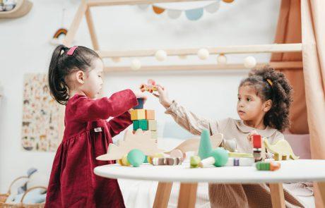 מחקר מעודד: ילדים מקובלים יותר בבתי ספר מוכנים להיות בקשר עם ילדים בודדים יותר, ולסייע להם חברתית
